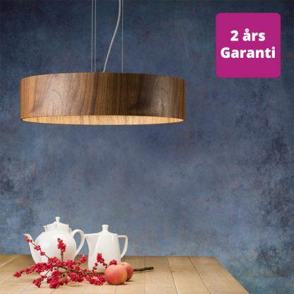 Billede af Lara loftslampe i valnøde diffusor giver en perfekt spredning af lyset. Lampen fås som pendel og som plafond.